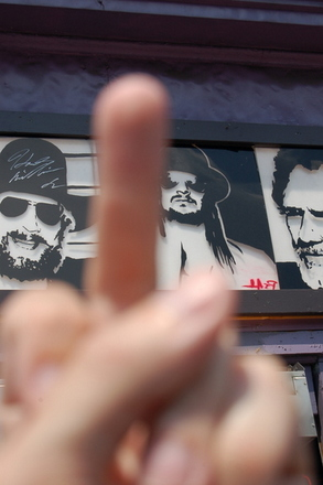 kid-rock-pointer-middle-finger
