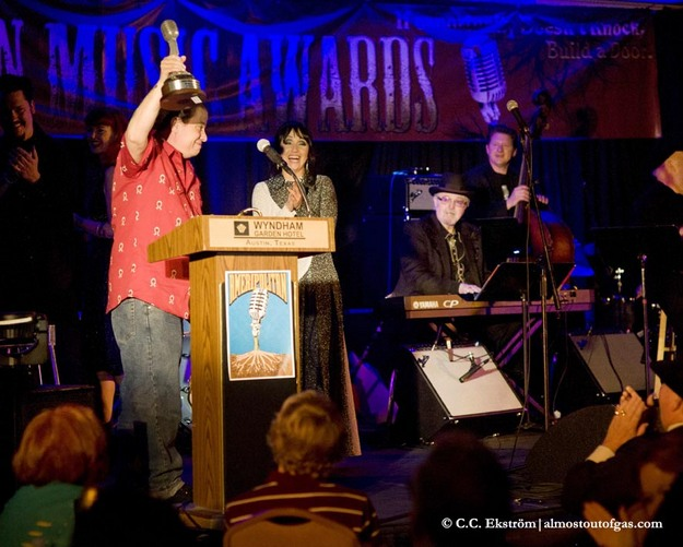 Wayne Hancock accepting his award for Honky Tonk Male
