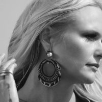 "Miranda Lambert Dedicates Song To ""All The Girls Not Being Played on Country Radio"""